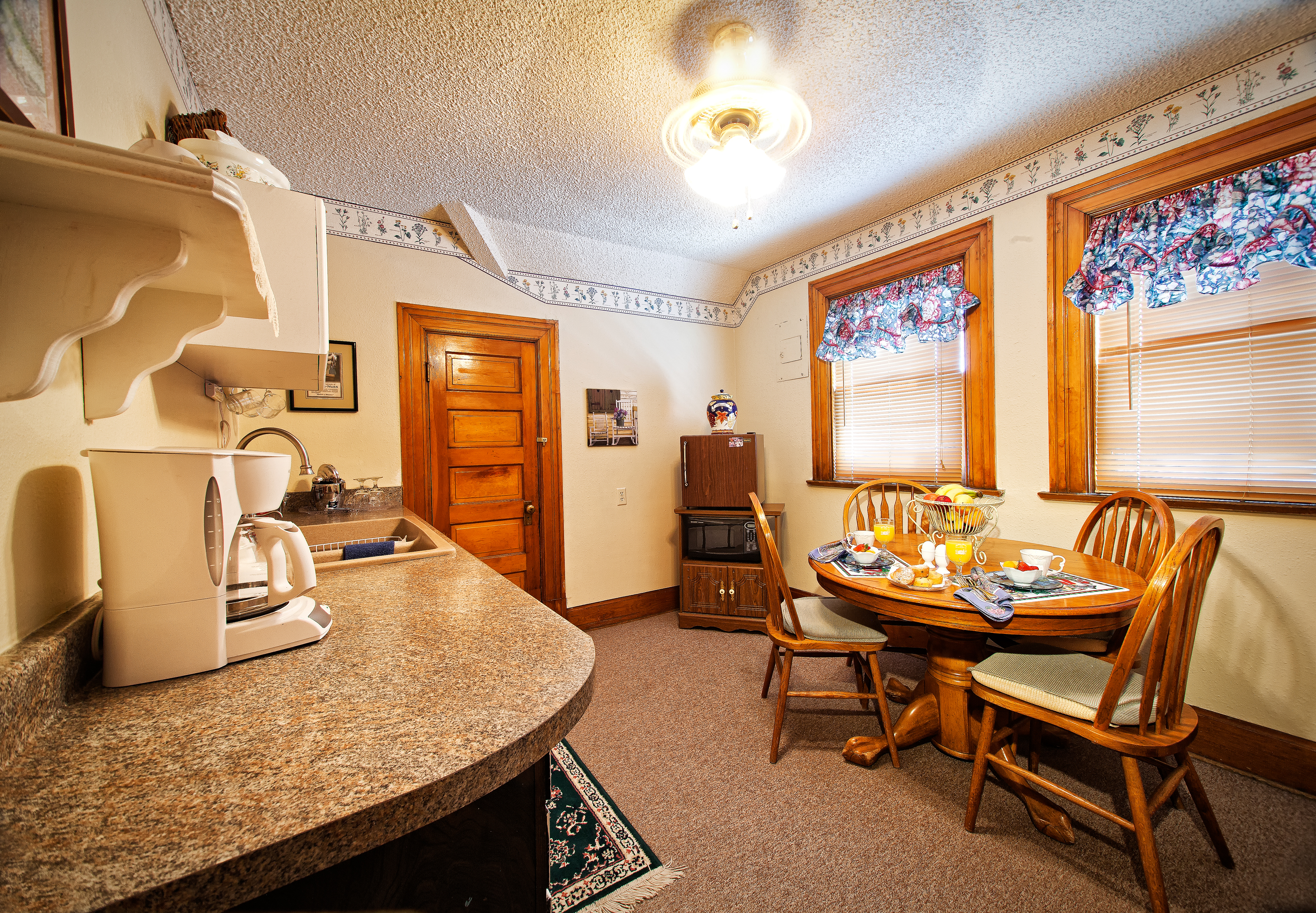 Pikes Peak Suite Kitchenette